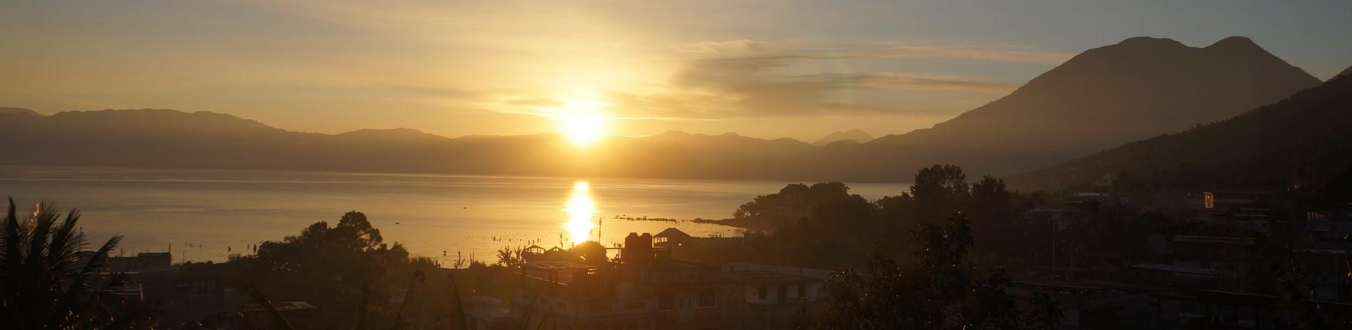 Gwatemala - wschód słońca nadjeziorem Atitlan