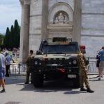 Wejście chronione przez żołnierzy